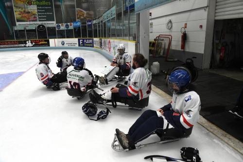 illustration-sur-le-hockey-luge-a-la-patinoire-de-clermont-f_3747154.jpg